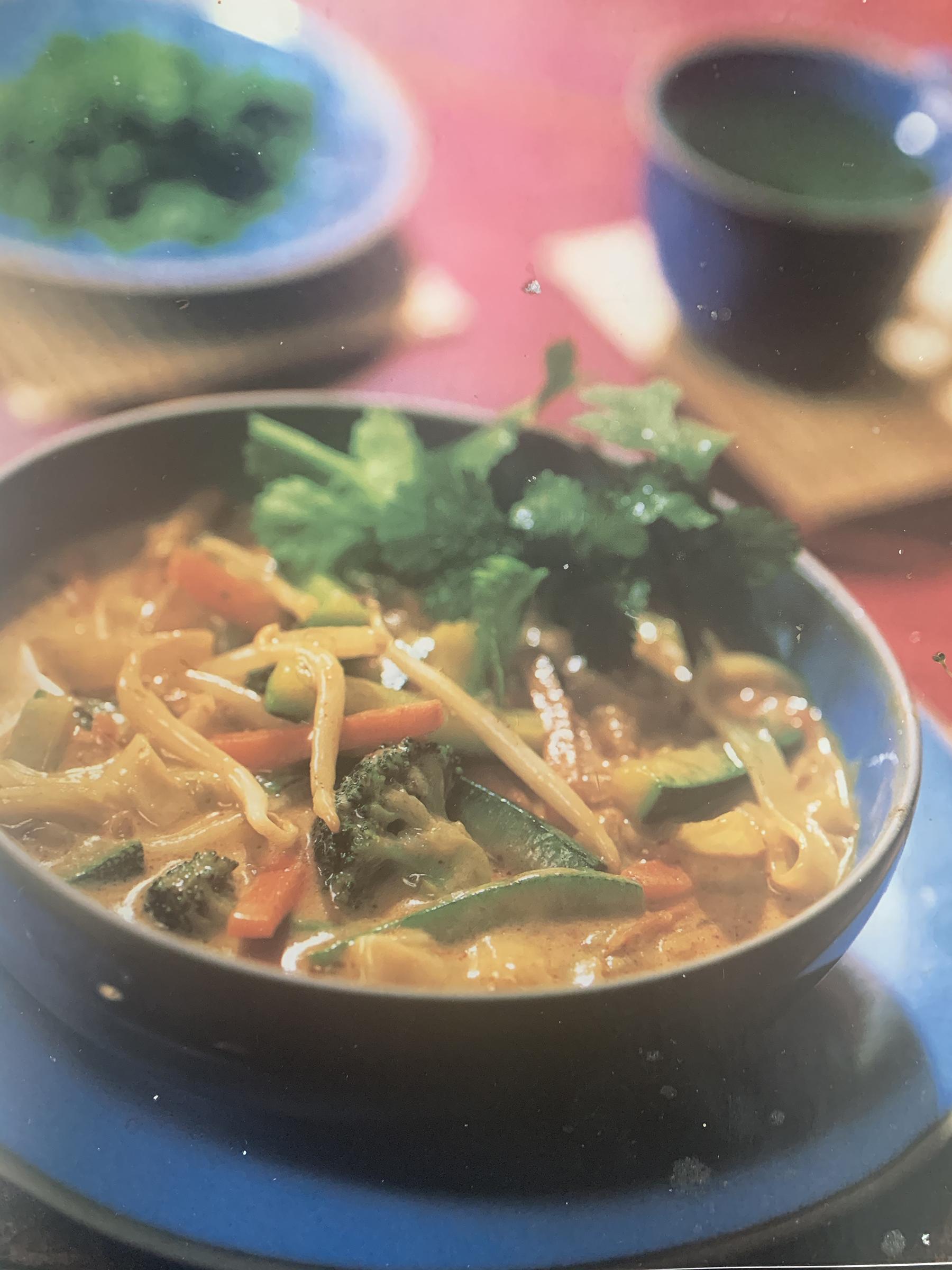 Suppe med grøntsager og nudler
